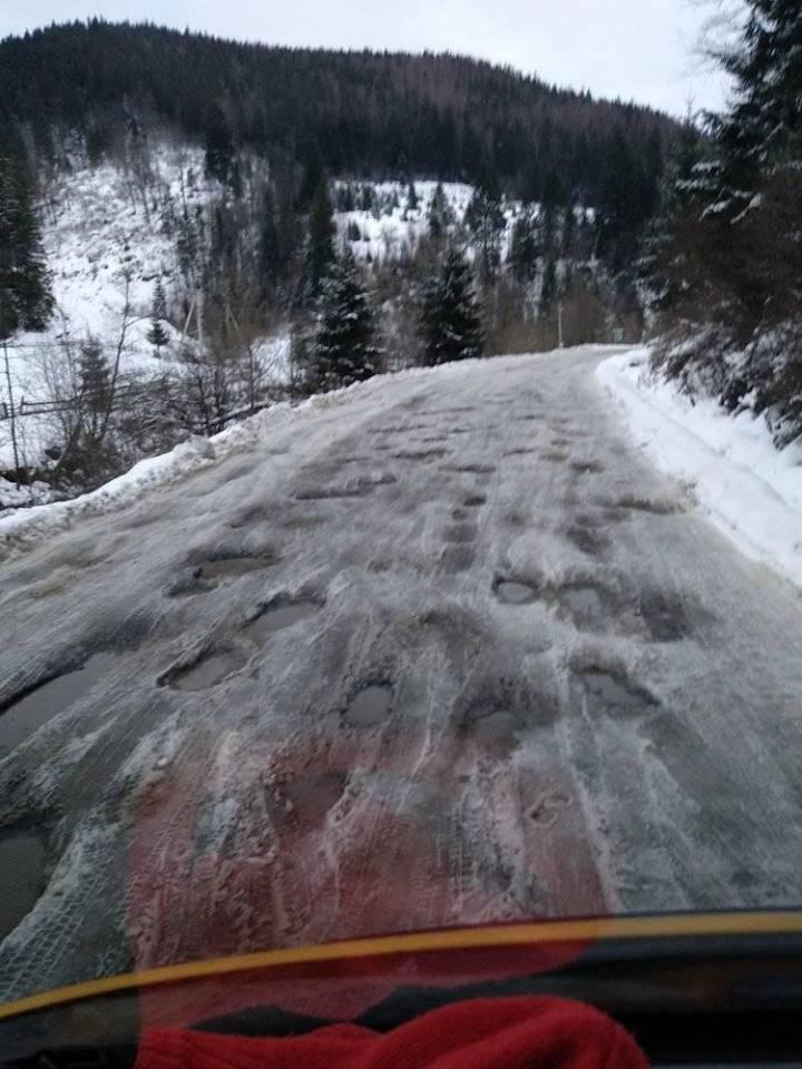 «Расстояние в 30 км едешь больше часа»: в сети шокированы состоянием дорог в Карпатах