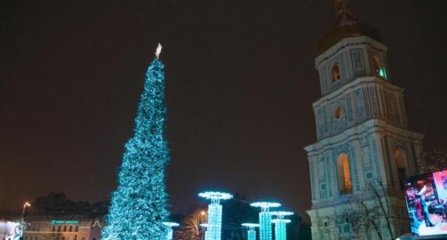 В Киеве начинают разбирать новогоднюю елку