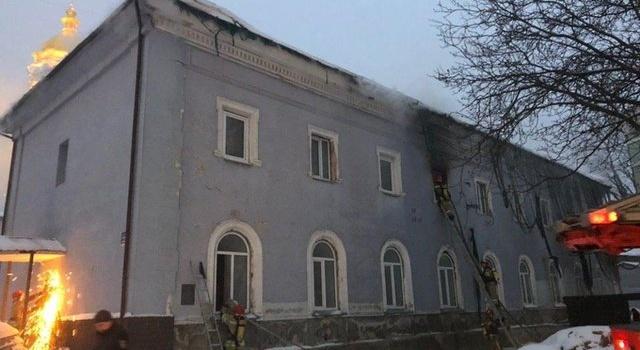 В Киево-Печерской лавре возник пожар. В тушении задействовано 44 спасателя