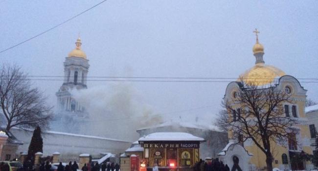 «Горят деревянные перекрытия на крыше»: в Киево-Печерской лавре возник пожар