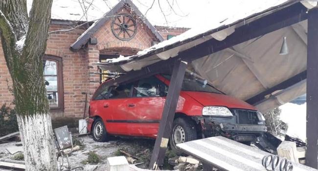 На Закарпатье автомобиль на скорости въехал в кафе