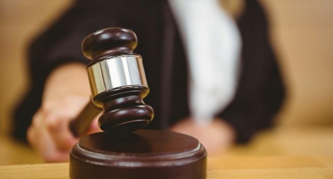 Суд Хмельницкой области оправдал мужчину, уничтожившего стенд с героями Небесной сотни