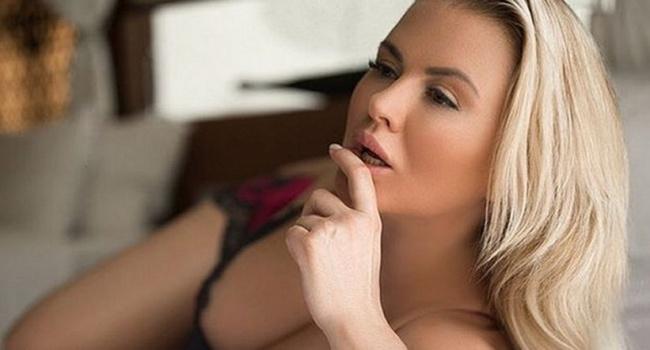 «Огонь! Очень сексуально»: Анна Семенович продемонстрировала свой роскошный наряд с глубоким декольте