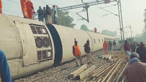 В Индии скоростной поезд сошел с рельс. Много погибших и пострадавших