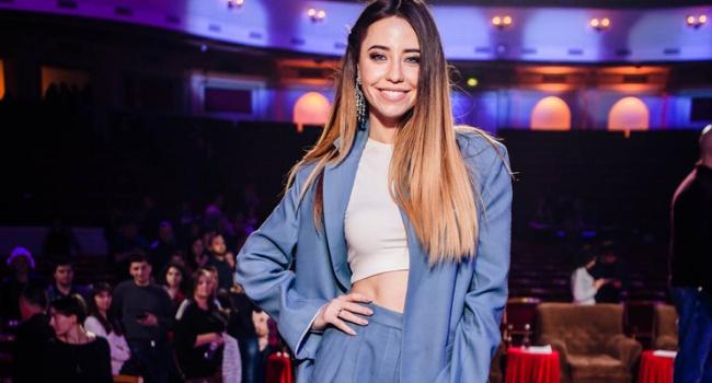 «Что с джинсами? Жесть»: Надя Дорофеева прогулялась улицами Нью-Йорка, вызвав критику из-за своего стиля