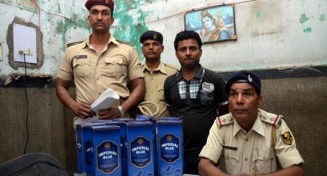 Число отравившихся суррогатным алкоголем в Индии достигло 116 человек