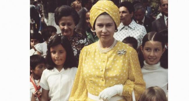 В сети показали самые странные наряды Елизаветы II