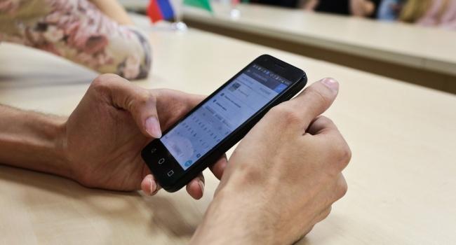 Медики: смартфон - это опасность для кожи, зрения и сна
