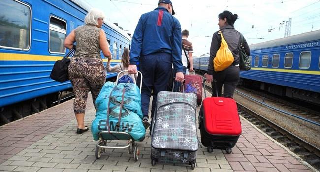Эксперт: из Украины продолжают уезжать люди