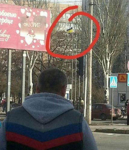 «Слава Украине! Героям Слава!»: Патриоты Украины вывесили в центре Донецка украинский флаг
