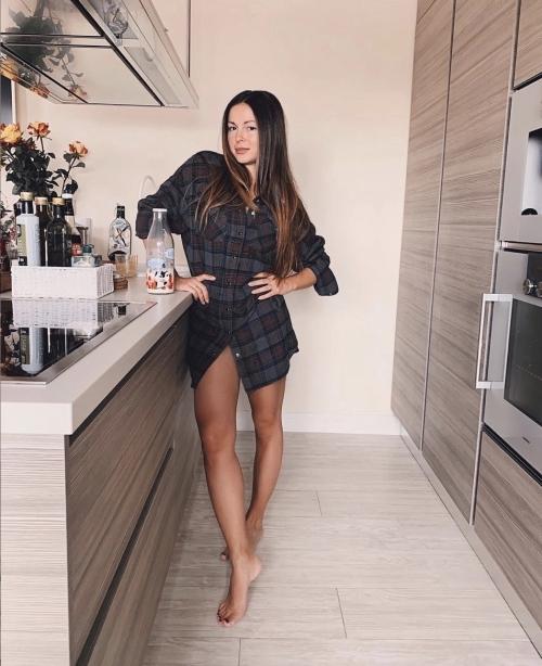 Анна Шурочкина в сексуальной позе отдыхает после показа мод
