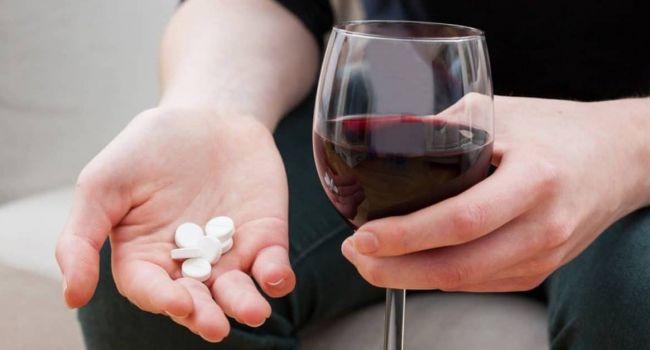 Медики рассказали, можно ли запивать таблетки спиртными напитками