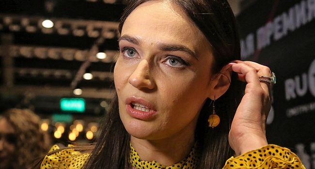 «Совсем уже с катушек слетела! Еб***шка!» Алена Водонаева приняла ванну в туфлях, заявив, что звонить людям неприлично