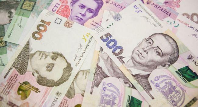 Украинские власти ослабляют гривну, чтобы обслуживать госдолг, и не допустить дефолта - банкиры