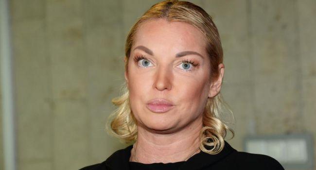 В леопардовой шубе и с кальяном в руках: Волочкова показала, как вносит правки в свою новую книгу