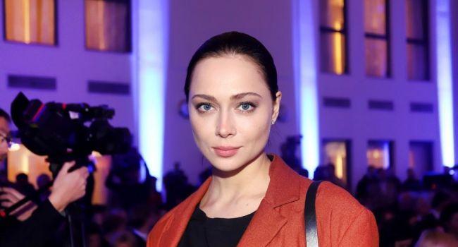 «Безумно красиво»: Настасья Самбурская удивила сеть, представ в элегантном образе