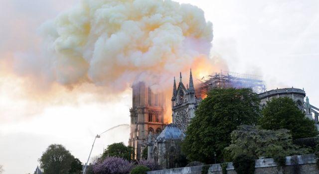 «Вот до чего они опустились»: политолог прокомментировал пост порохобота о пожаре в Нотр-Дам