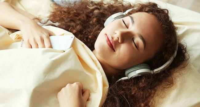 Прослушивание музыки провоцирует возникновение бессонницы