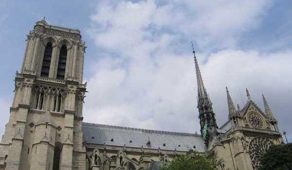 Полиция: очаг возгорания в Нотр-Даме находился возле шпиля собора