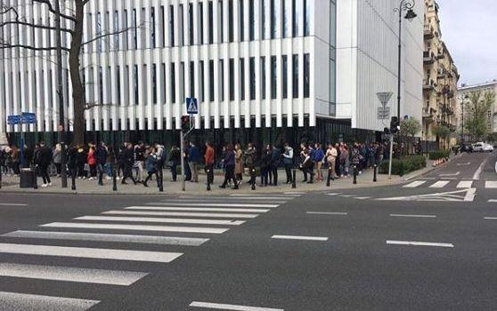 На выборах президента Украины в Варшаве выстроилась километровая очередь: заробитчане голосуют за будущее страны