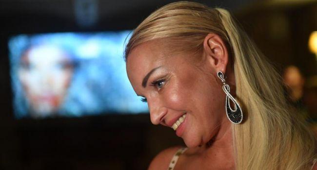 «Верная только одному!» Анастасия Волочкова засветила голую грудь в банном халате