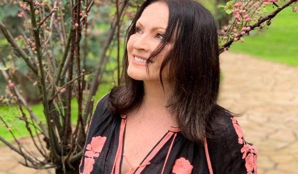 Прогулка босиком в полупрозрачном платье-вышиванке: стало известно, как София Ротару праздновала Пасху