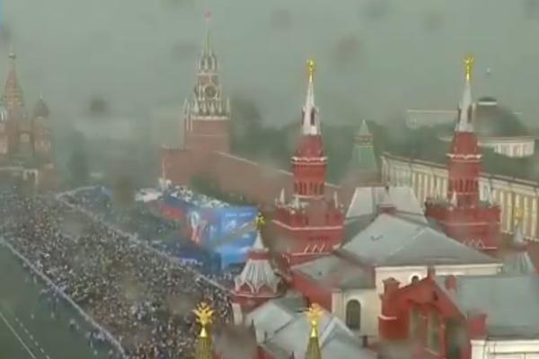 В Москве смыло «Бессмертный полк»: фото ливня