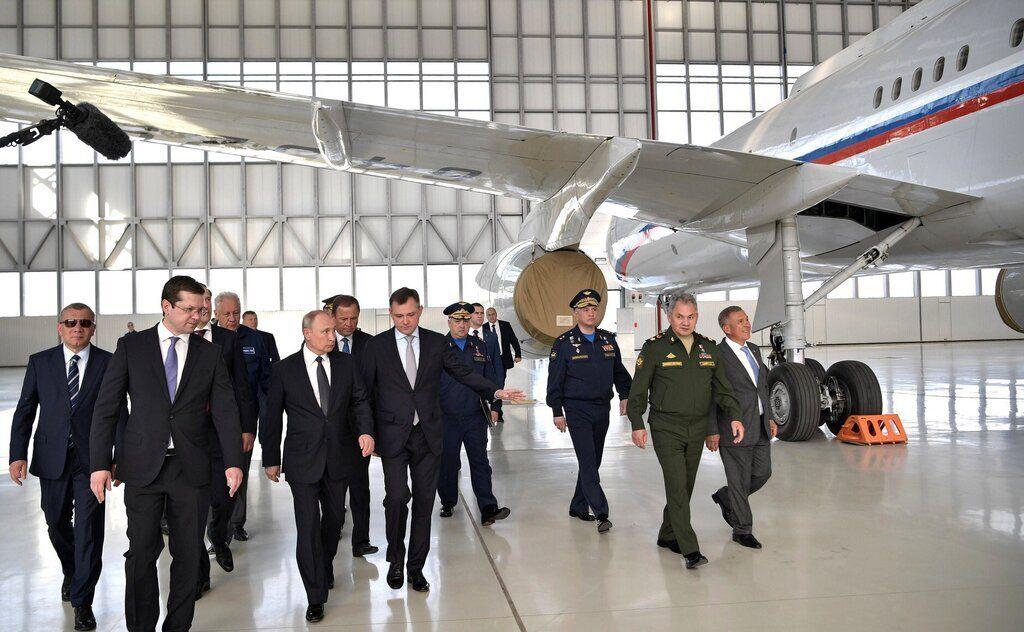«Позорище – перекрашивать самолеты 40-50-летней давности»: россияне жестко высказались в адрес Путина из-за его визита на авиационный завод