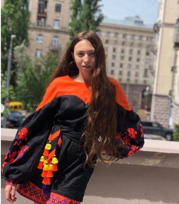 «Это же позор!»: в сети раскритиковали Олю Полякову за наряд в честь Дня вышиванки