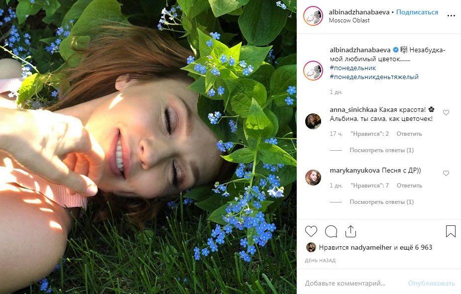 «Очень нежная и красивая»: Альбина Джанабаева восхитила сеть нежным фото в незабудках