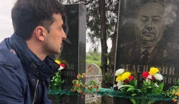 «Ни у кого нет права приватизировать победу и отбирать ее у украинцев!»: Зеленский посетил могилу деда в Кривом Роге и написал сильный пост в соцсети
