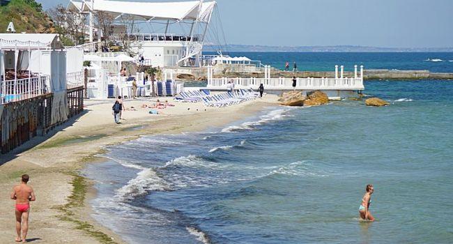 Загорают и даже купаются: в Одессе стартовал курортный сезон