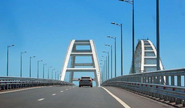 Попадают молнии, происходят ЧП: хваленный мост Путина продержался ровно год