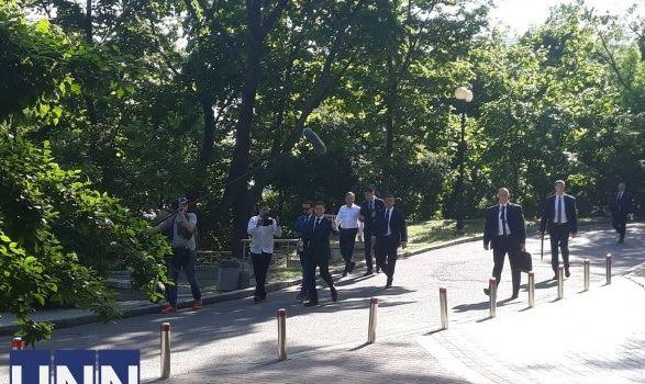 Зеленский пошел на инаугурацию в ВР пешком