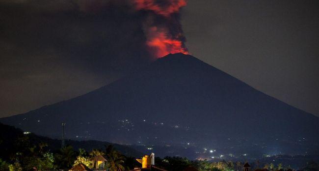 Все рейсы отменены: на Бали продолжается извержение вулкана