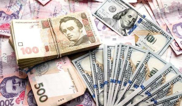 Экономист: Правительство намеренно будет девальвировать гривну перед своим уходом