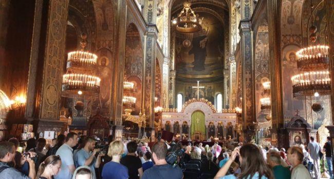 Люди идут: Филарет собирает священников и мирян на собор УПЦ КП