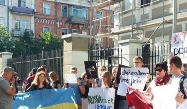«Капитуляция Европы перед Россией»: австрийское посольство в Киеве забросали окровавленными псевдокупюрами