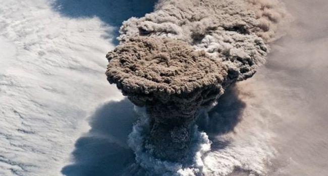 Астронавты МКС сняли из космоса мощное извержение вулкана