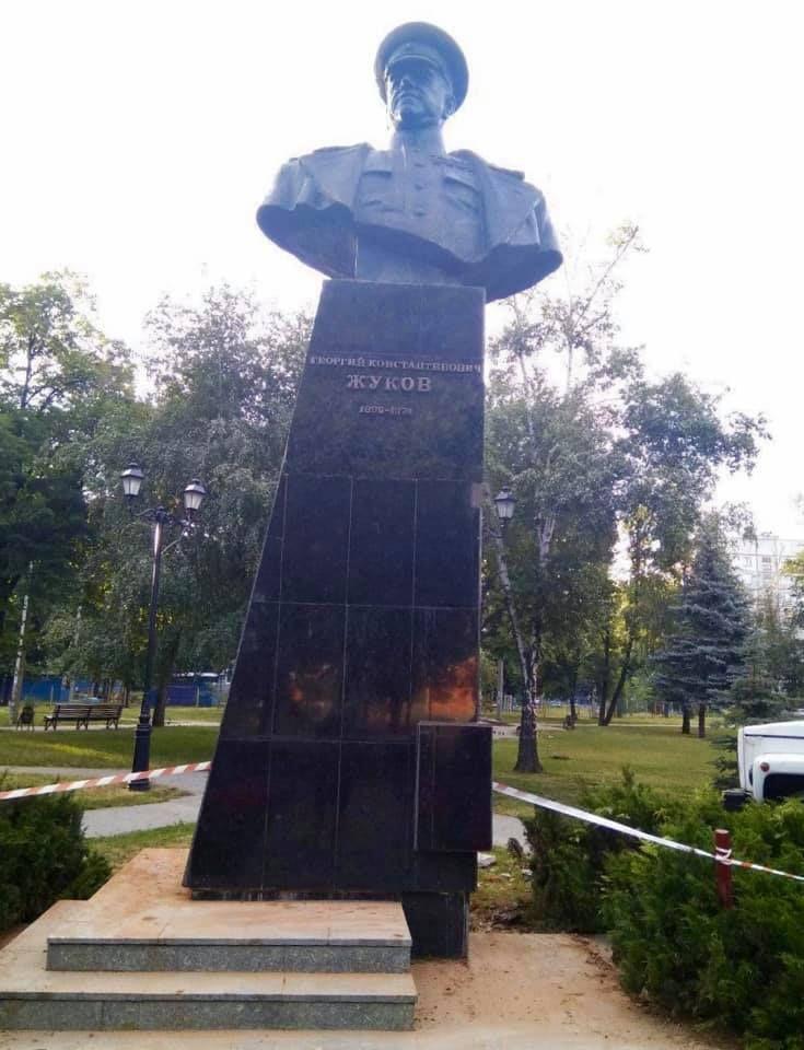 В Харькове по решению Кернеса вернули на место памятник Жукову