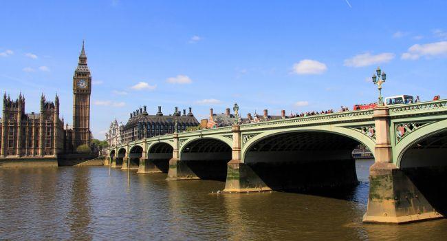 Катер с туристами врезался в Вестминстерский мост в Лондоне