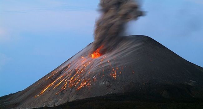 Дым из вулкана на острове Стромболи - уфологии указали на признаки возрождения Нибиру
