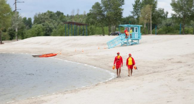 «Безопасно и удобно»: в Киеве появился новый благоустроенный пляж