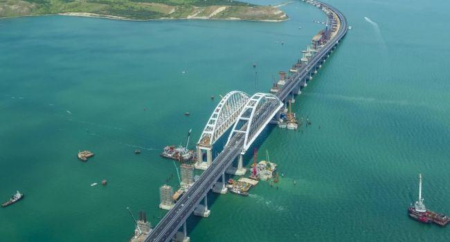 Часть Крымского моста рухнула в воду