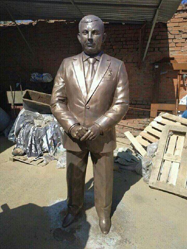 «А чего без формы, тельняшки и звезд дыныры?»: в сети высмеяли памятник главарю «ДНР» Захарченко