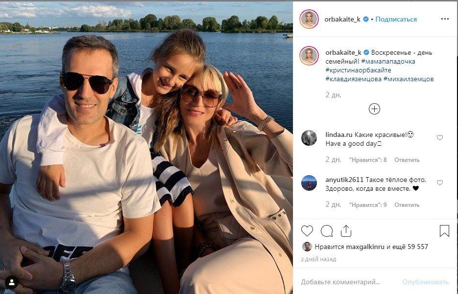 «Благородный клан!» Кристина Орбакайте поделилась трогательным семейным фото, позируя с мужем и дочкой