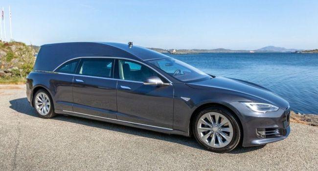 Катафалк, созданный на основе электрокара Электрокар Tesla Model S, выставили на продажу за 200 тысяч долларов