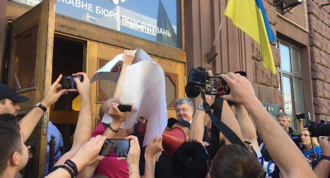 Сразу после допроса в ГБР Петра Порошенко забросали яйцами