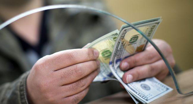 Доллар упал вцене в закупке, однако подорожал впродаже— Курс валют
