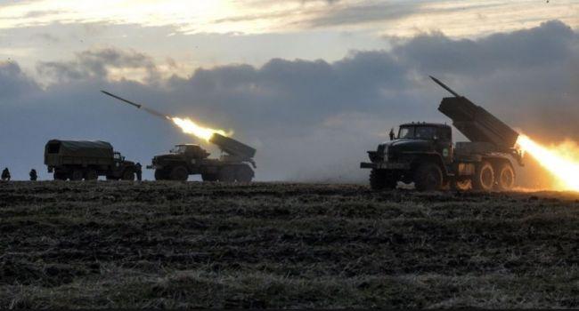 «Все идет к войне»: Путин перебросил на Донбасс около сотни «Градов», танков и гаубиц